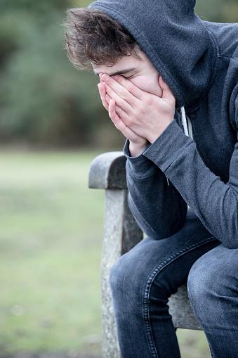 Qui n'a pas connu un jour la solitude et le sentiment d'être abandonné(e) ? Sad-teenage-boy-sitting-on-a-bench-picture-id499753006?k=6&m=499753006&s=170667a&w=0&h=h3TdbjSoX1XN7ZvkrgbwewZva-D3cu5Iqjj_aPYh3S4=