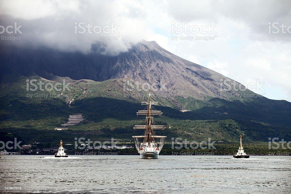 Segelboot auf Sakurajima Aktiver Vulkan Lizenzfreies stock-foto