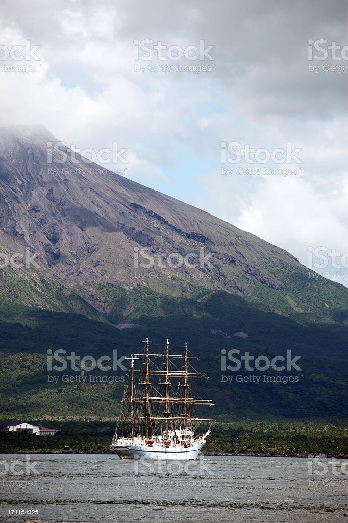 Segelboot gegen Vulkan Lizenzfreies stock-foto