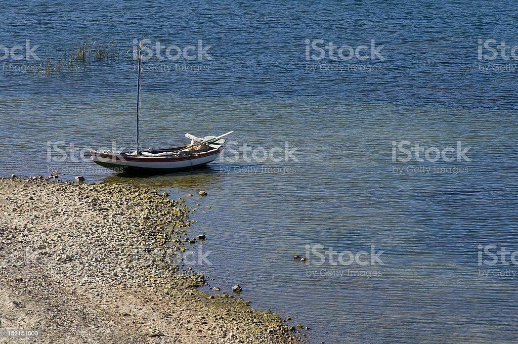 Bateau à voile dans le soleil de l'île, le Lac titicaca photo libre de droits