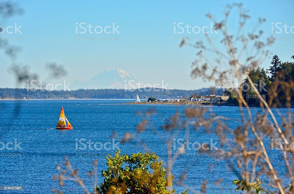 Парусная лодка с красочные паруса и вулкан Рейнир Стоковые фото Стоковая фотография