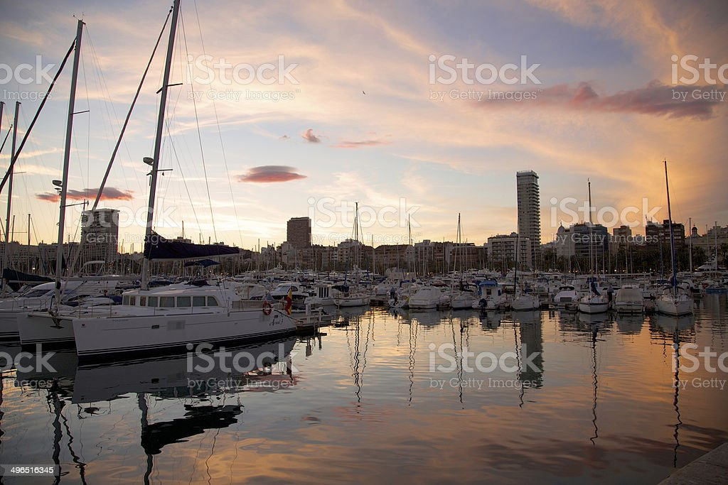 Segelboote Hafen Alicante bei Sonnenuntergang stock photo