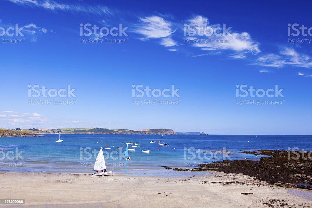 Bateau à voile sur la plage photo libre de droits