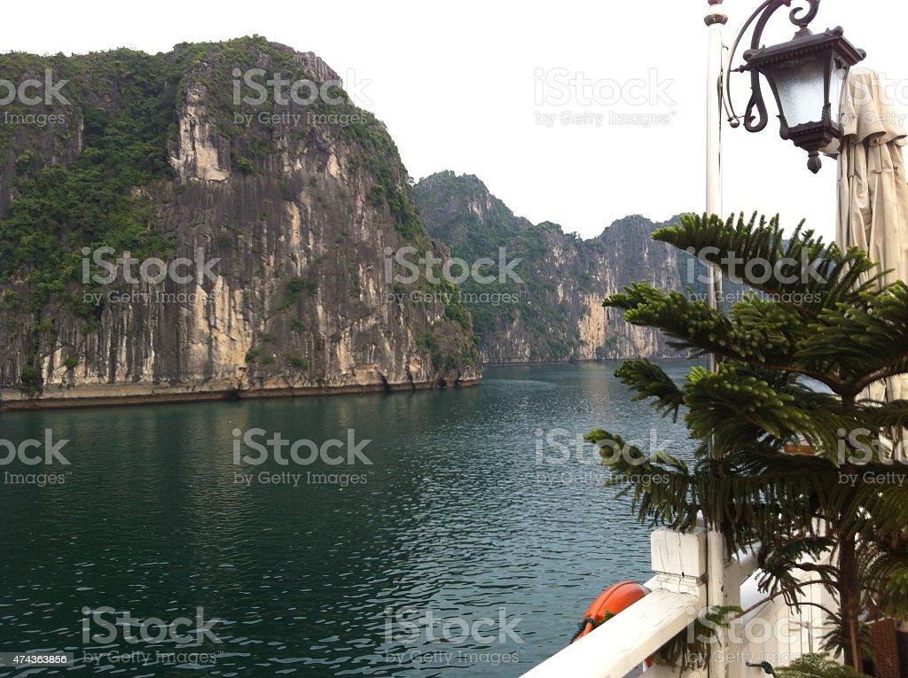 sailing in Ha Long Bay, Vietnam foto de stock libre de derechos