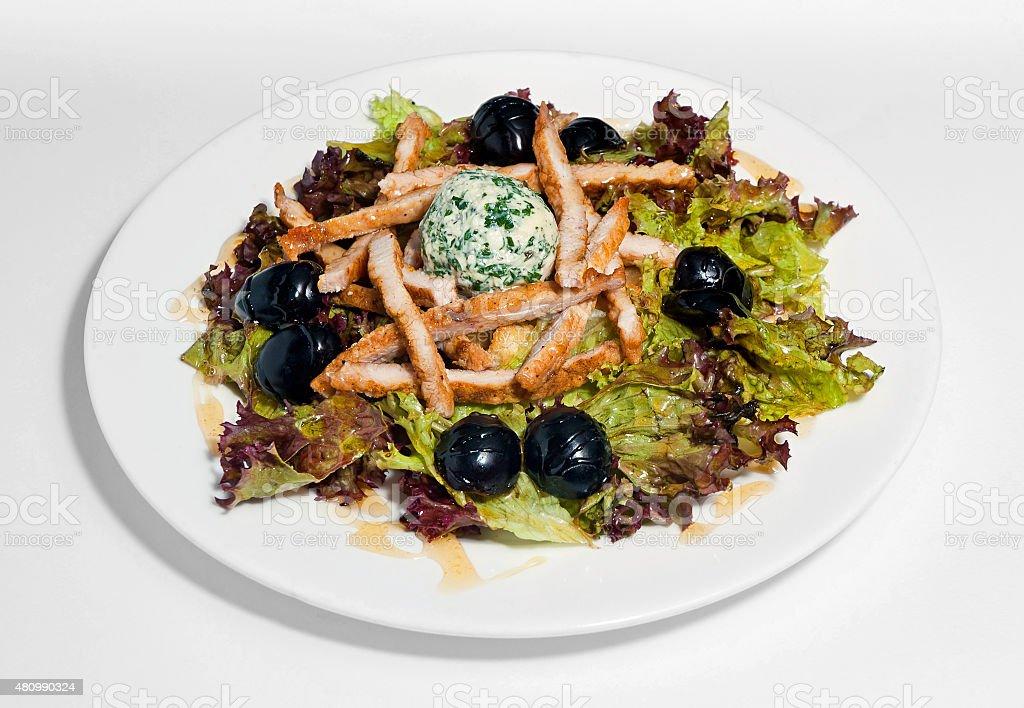 Salade avec de la viande, du fromage et d'olives noires photo libre de droits