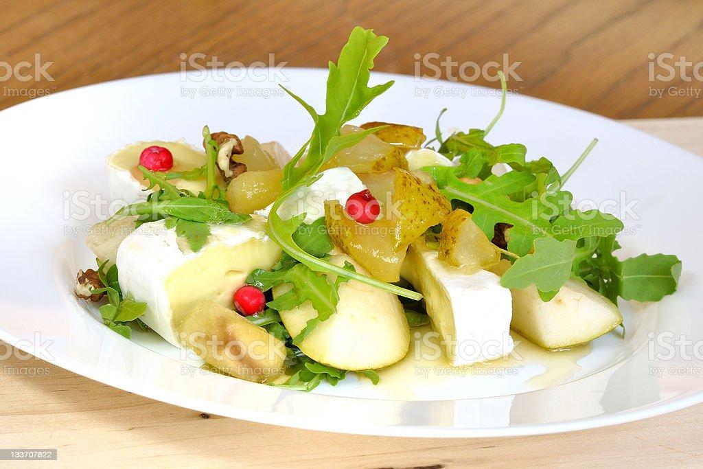 Salada com peras e Camembert foto royalty-free