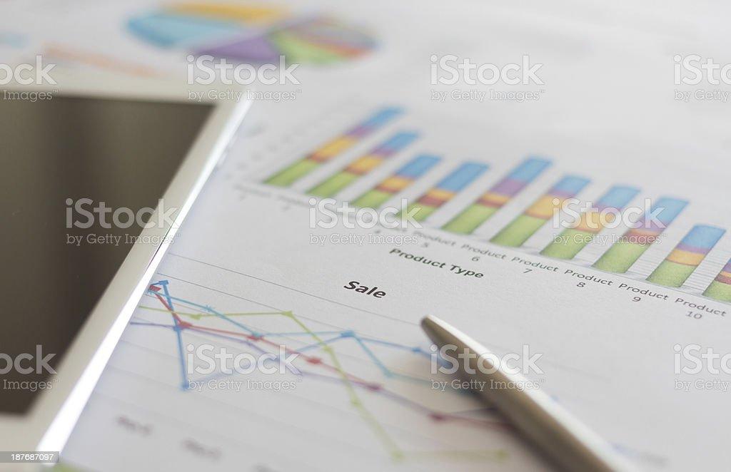 Распродажа планирование по Типу отчета с черный экран таблетка Стоковые фото Стоковая фотография