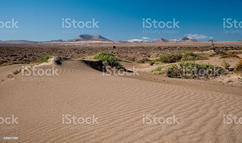 Dunas de arena en isla de Lanzarote foto de stock libre de derechos
