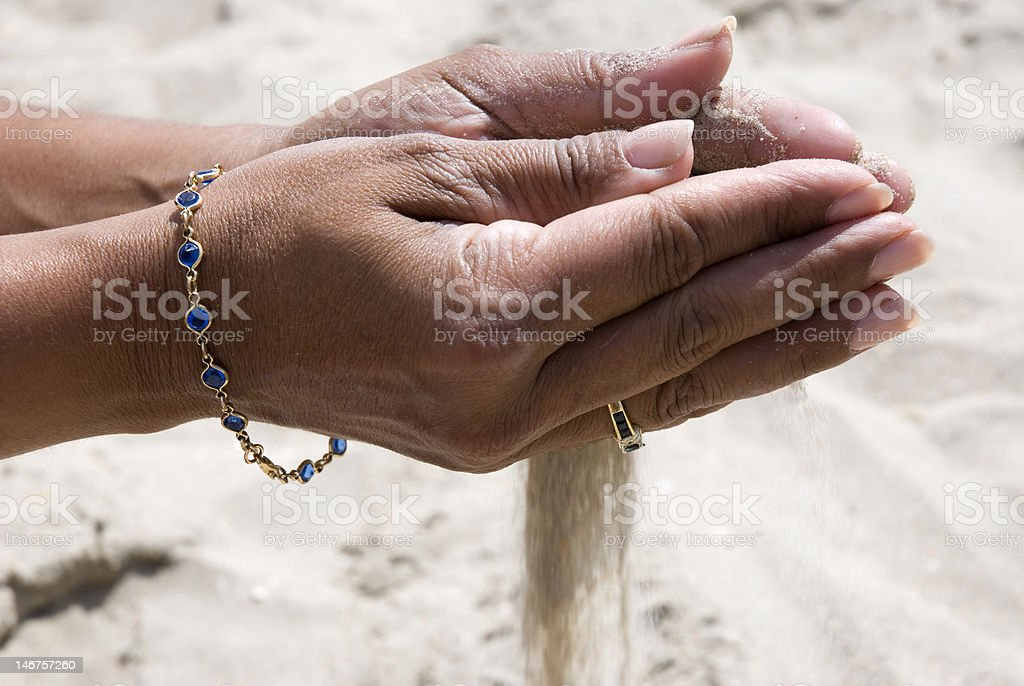 sable qui coule dans les mains royalty-free stock photo
