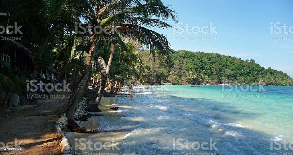 Areia caminho ventos ao longo de uma praia de Ilha tailandês inundada foto de stock royalty-free