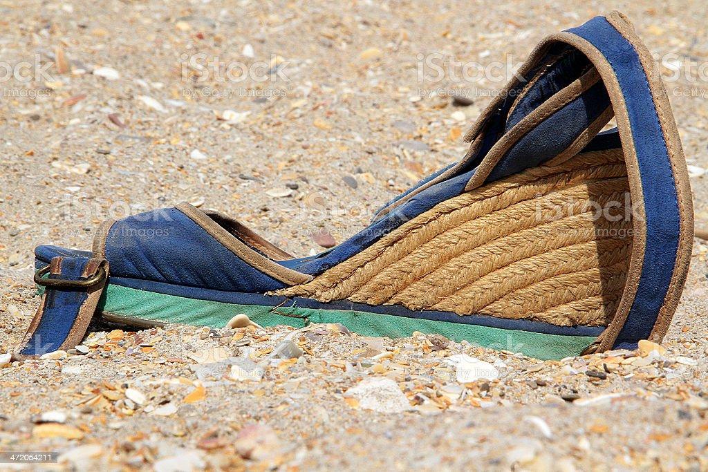 Sandalo su Stoney spiaggia di Sete, Francia foto stock royalty-free