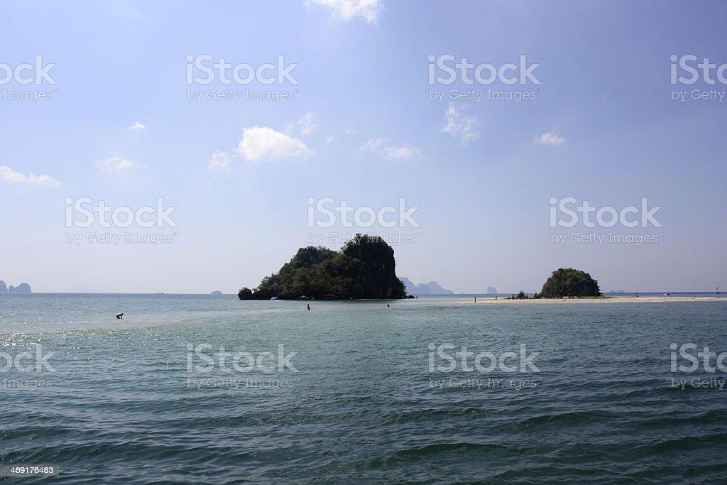 Sandbank ligar Ao Nang Praia com pequenas ilhas foto de stock royalty-free