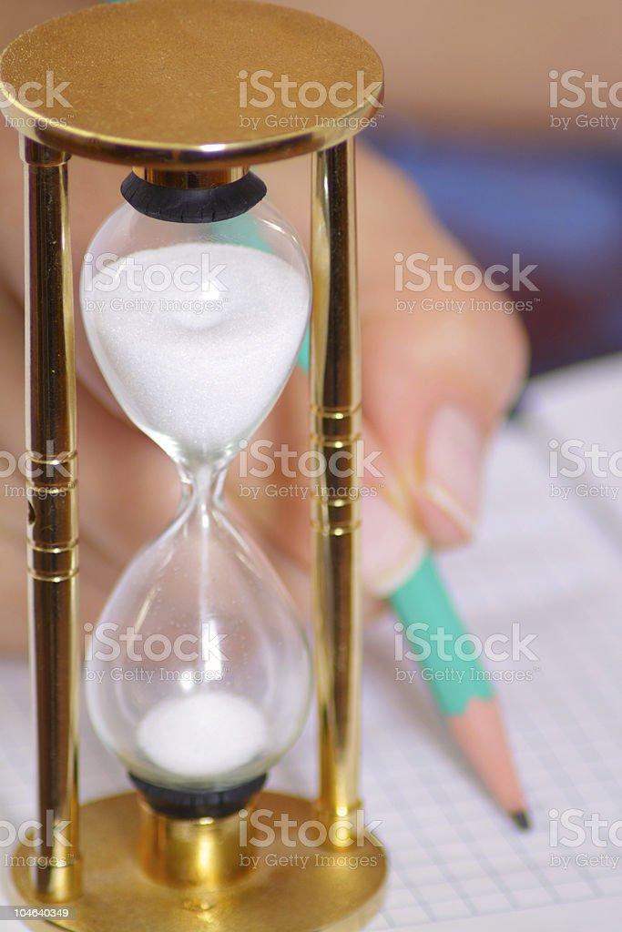 Piasek-szkła z kobieta Ręka trzymająca Ołówek zbiór zdjęć royalty-free