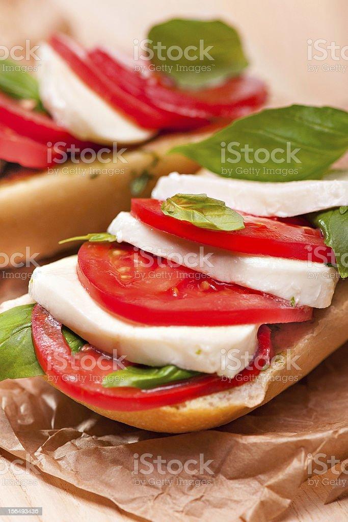 Sanduíche de muçarela, tomate e manjericão foto royalty-free