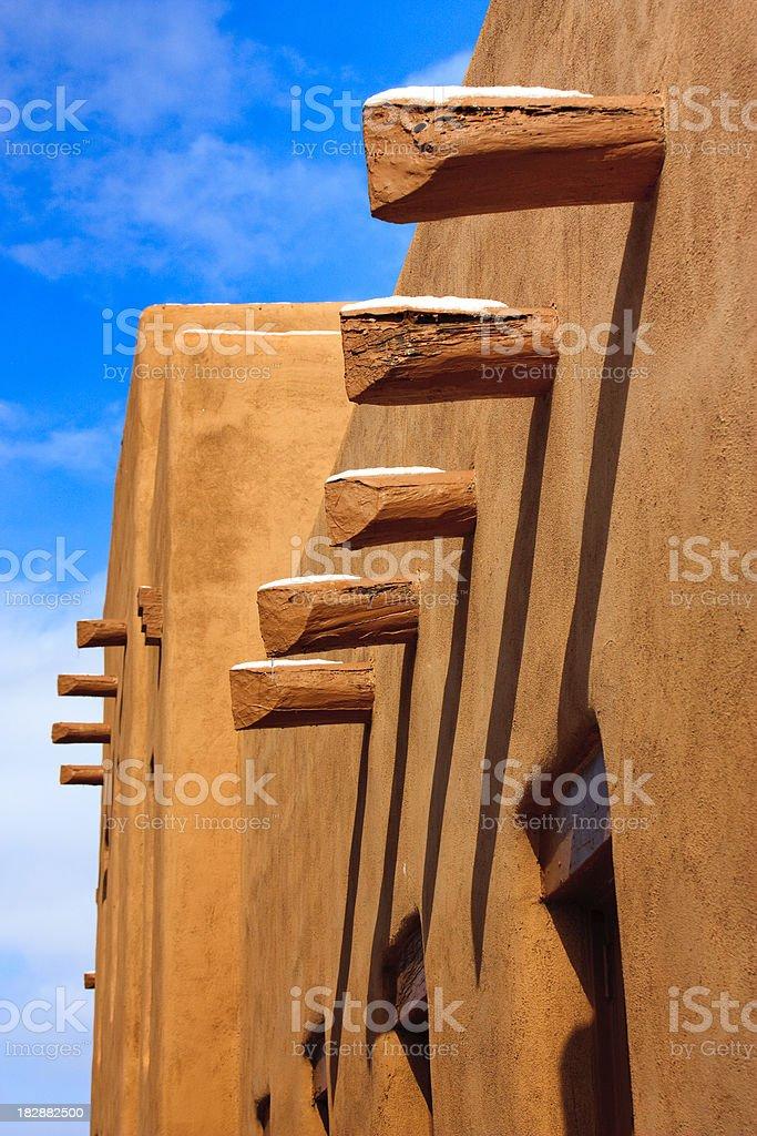 De Santa Fe, au Nouveau-Mexique, murs en Adobe longue ombre bleu ciel photo libre de droits