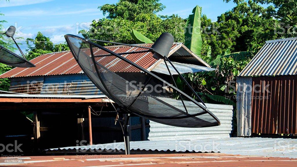 Antena parabólica en el último piso foto de stock libre de derechos