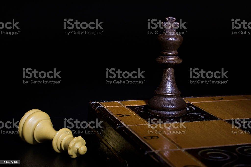 Scacchi fototografati su una scacchiera stock photo