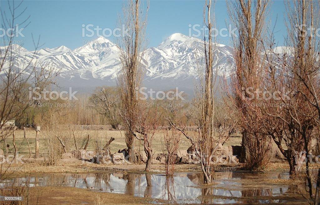 Malownicze Góry pokryte śniegiem przed suchym grassland zbiór zdjęć royalty-free