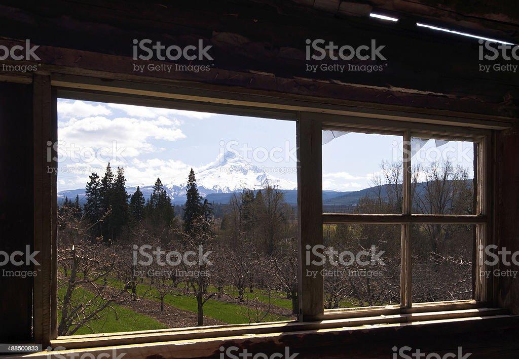 Vista panoramica dalla finestra della vecchia casa foto stock royalty-free