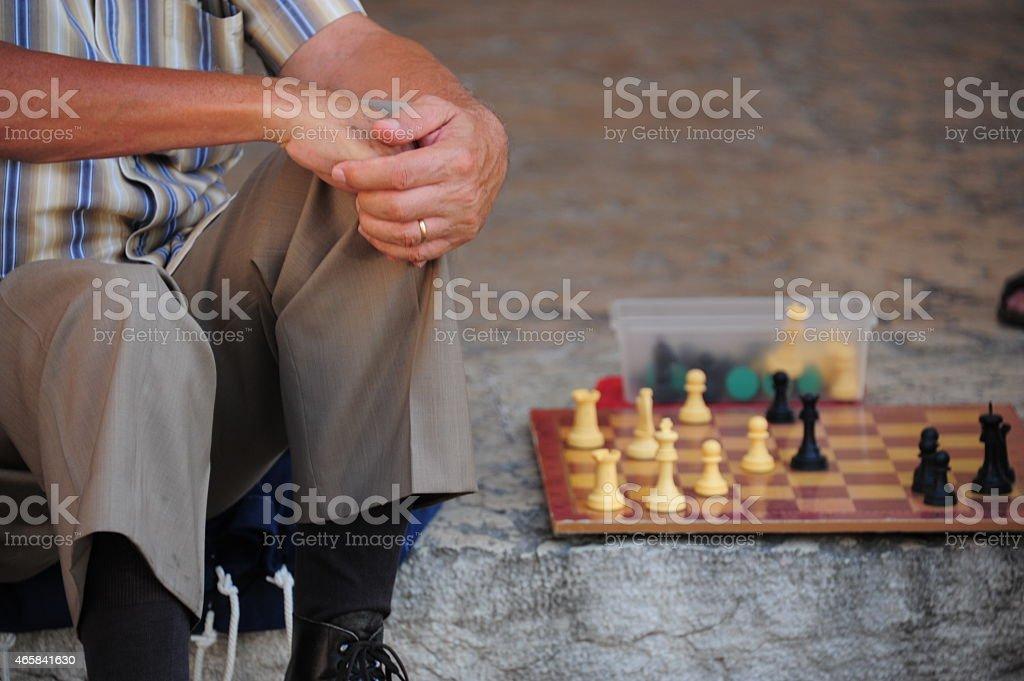 Schachbrett neben altem Mann auf der Straße stock photo