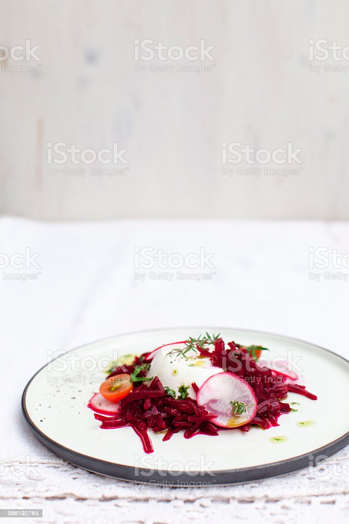 Schafkaese mit roter Beete stock photo