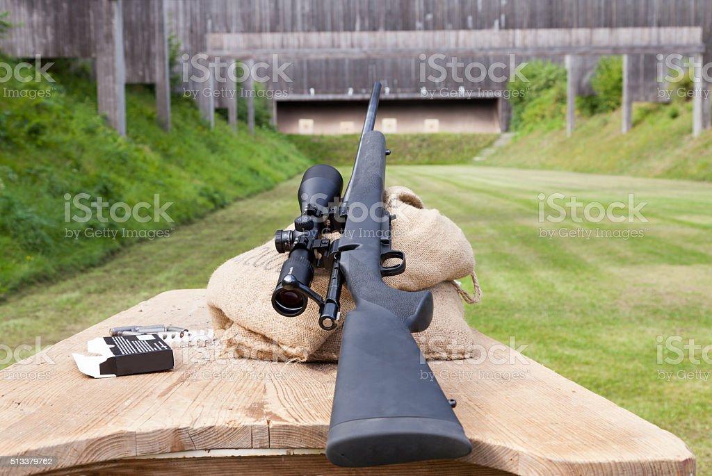Scharfschützengewehr auf dem Schießstand stock photo