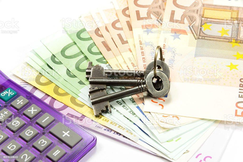 Schlüssel, Geld und Taschenrechner stock photo