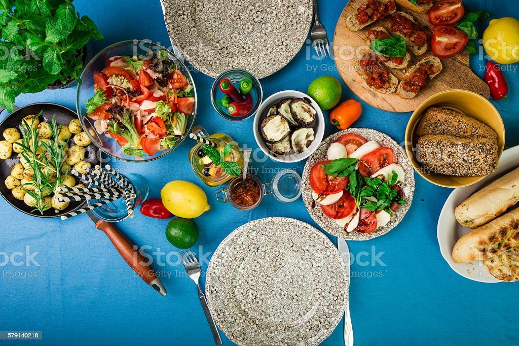 Schön gedeckter Tisch mit leckerem Essen aus einer Luftaufnahme stock photo