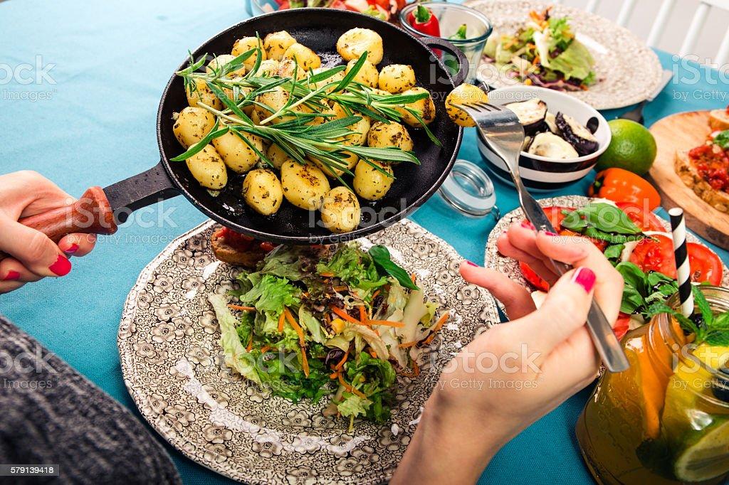 Schon gedeckter Tisch mit leckerem Essen aus einer Luftaufnahme stock photo