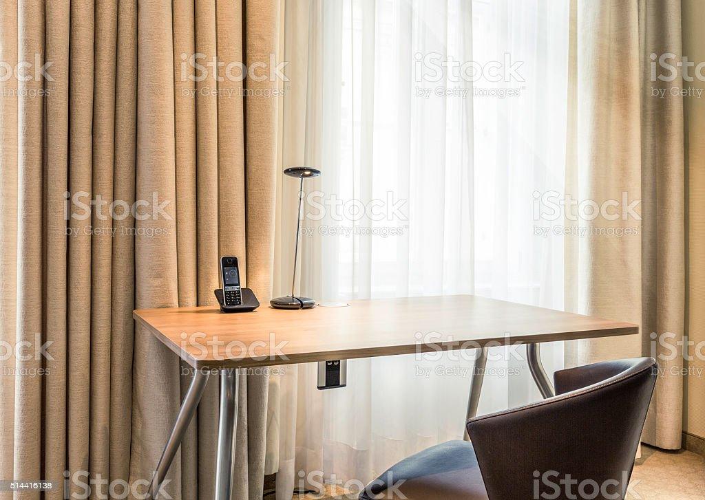 Schreibtisch am Fenster im Sonnenlicht stock photo