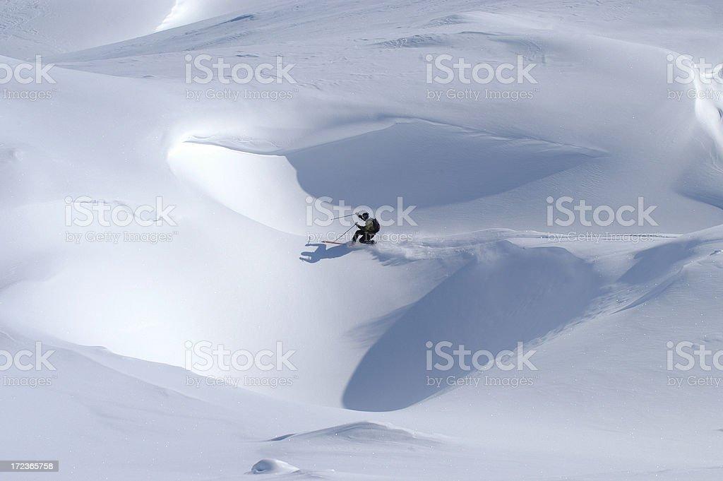 Sciatore in avvalli di neve royalty-free stock photo