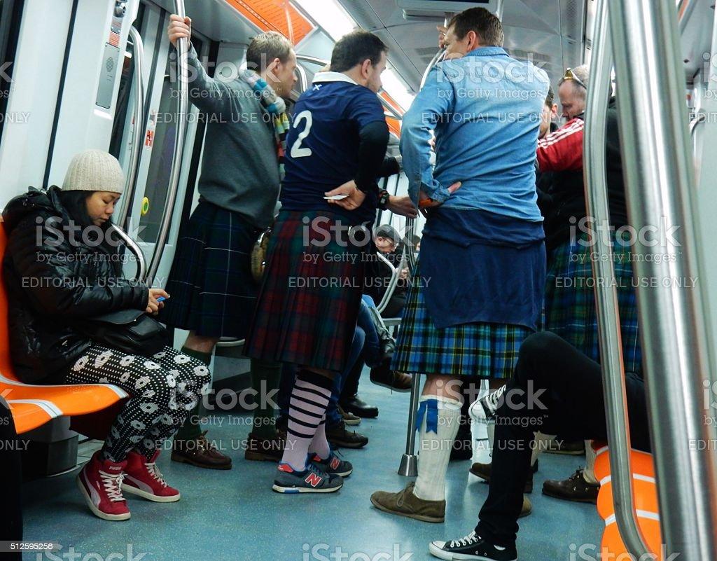 Tifosi scozzesi nella metro stock photo