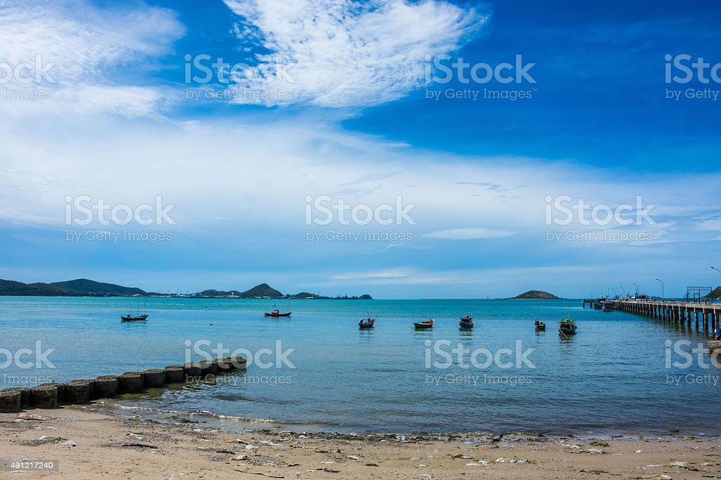 sea Landschaften skyblue jetty und die Berge Lizenzfreies stock-foto