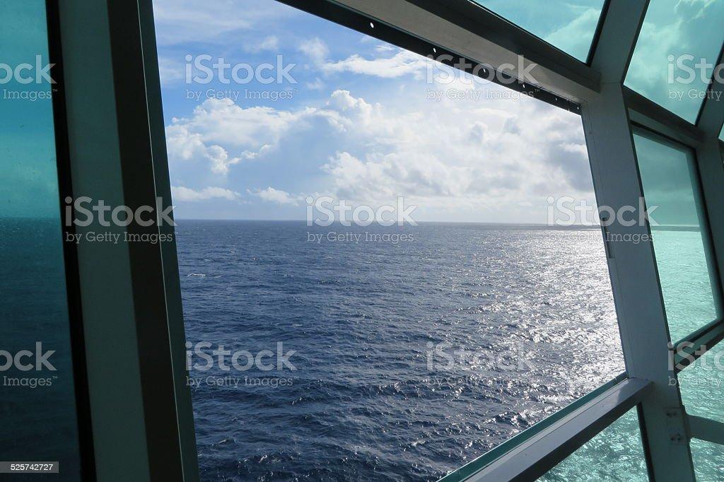 La mer à travers de la fenêtre photo libre de droits