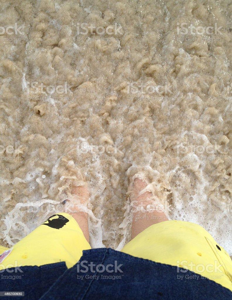 sea wave bubbles приходит ноги ходить на пляж Стоковые фото Стоковая фотография
