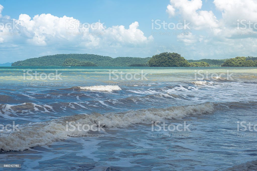 Sea waves with mountain and sky with clouds background photo libre de droits