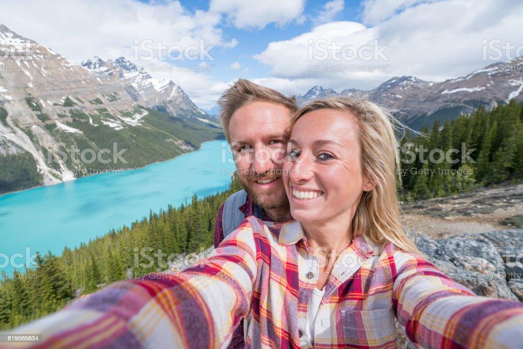 Selfie des jungen Paares auf Bergsee – Foto
