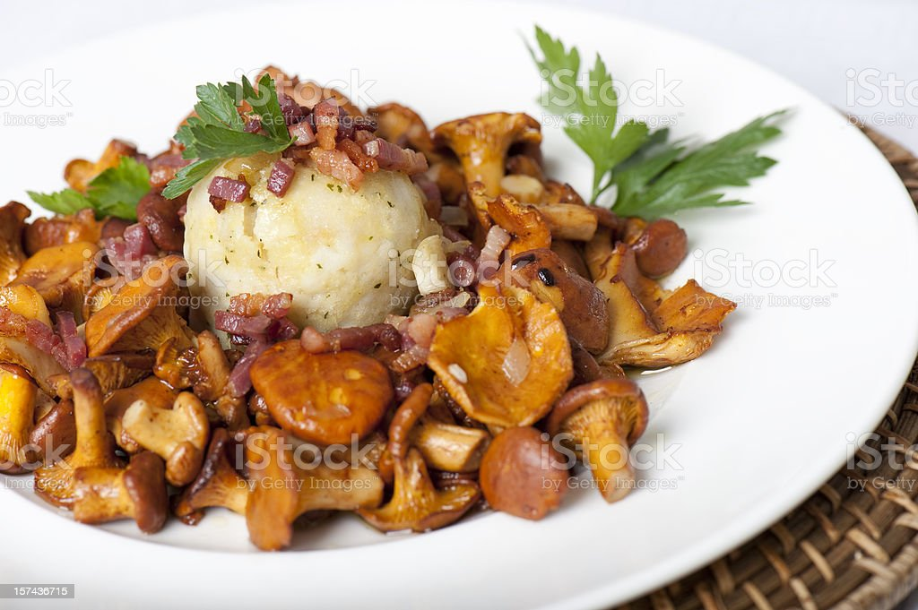 Semmelknödel mit Pfifferlingen stock photo