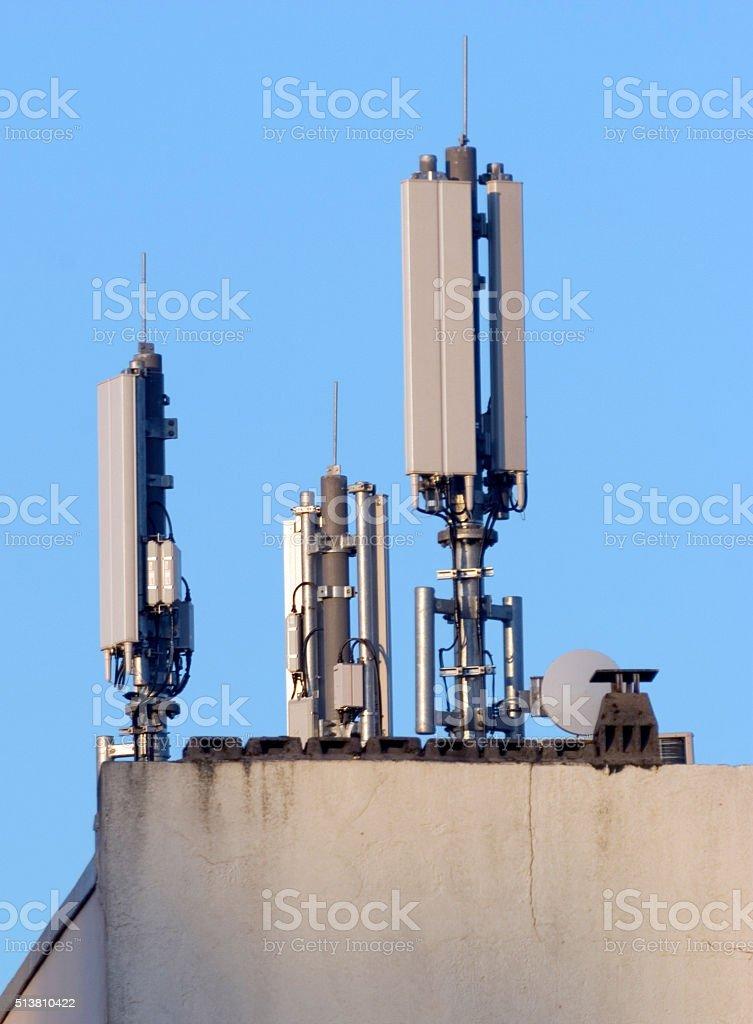 Sendemaster für Mobilfunk auf einem Wohnhaus stock photo