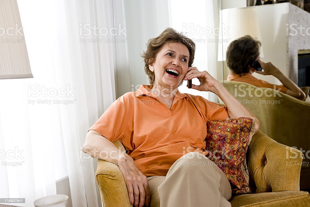Mujer mayor charlar por teléfono celular foto de stock libre de derechos