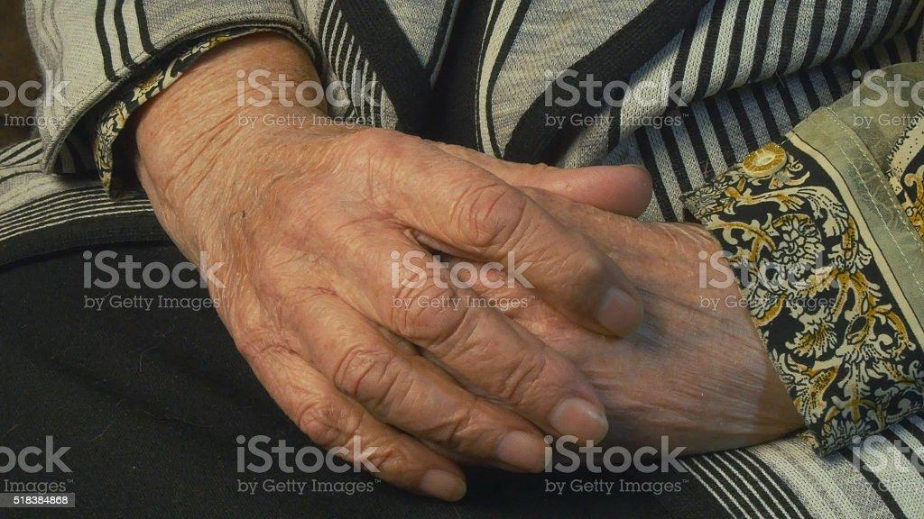 Mujer Senior masajes dolor en las manos foto de stock libre de derechos