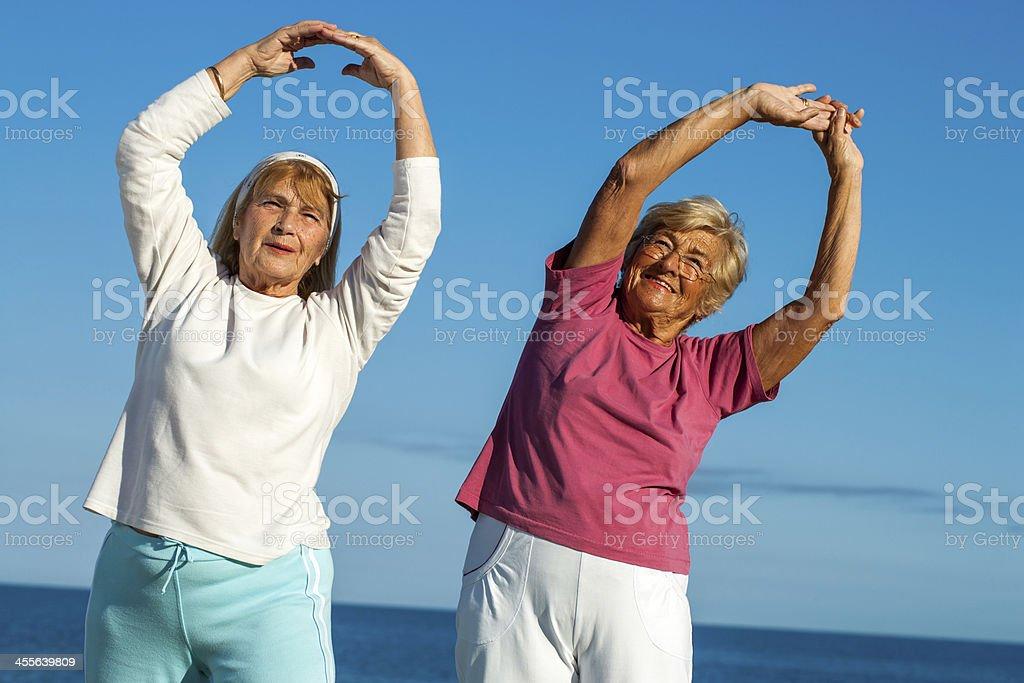 Femmes seniors étirer les bras en plein air. photo libre de droits