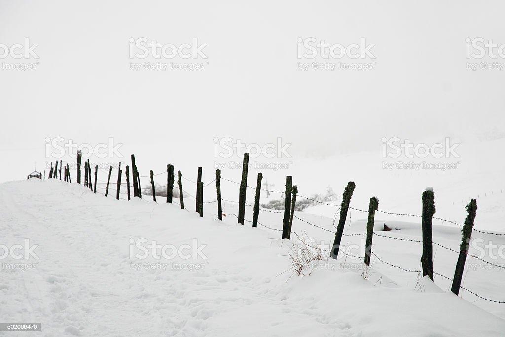 Sentier sous la neige stock photo
