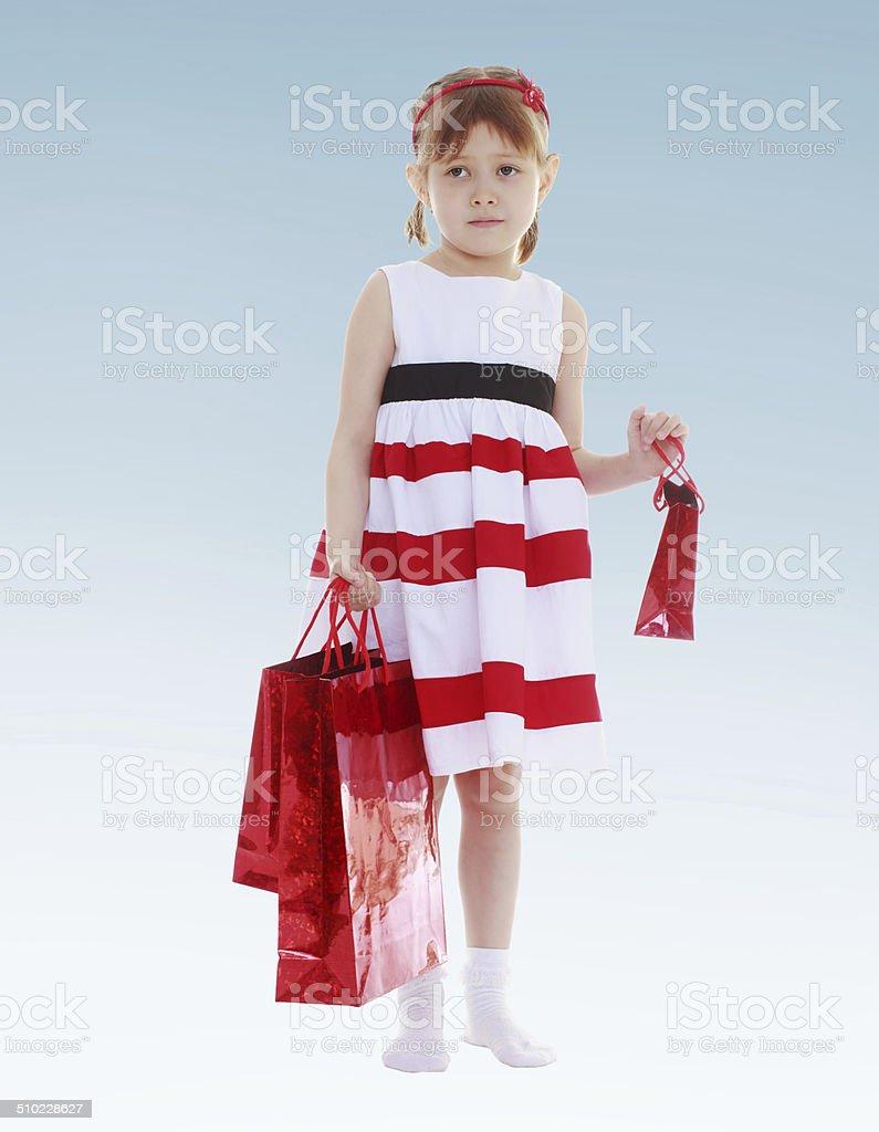Jeune fille tenant les sacs de souvenirs. photo libre de droits