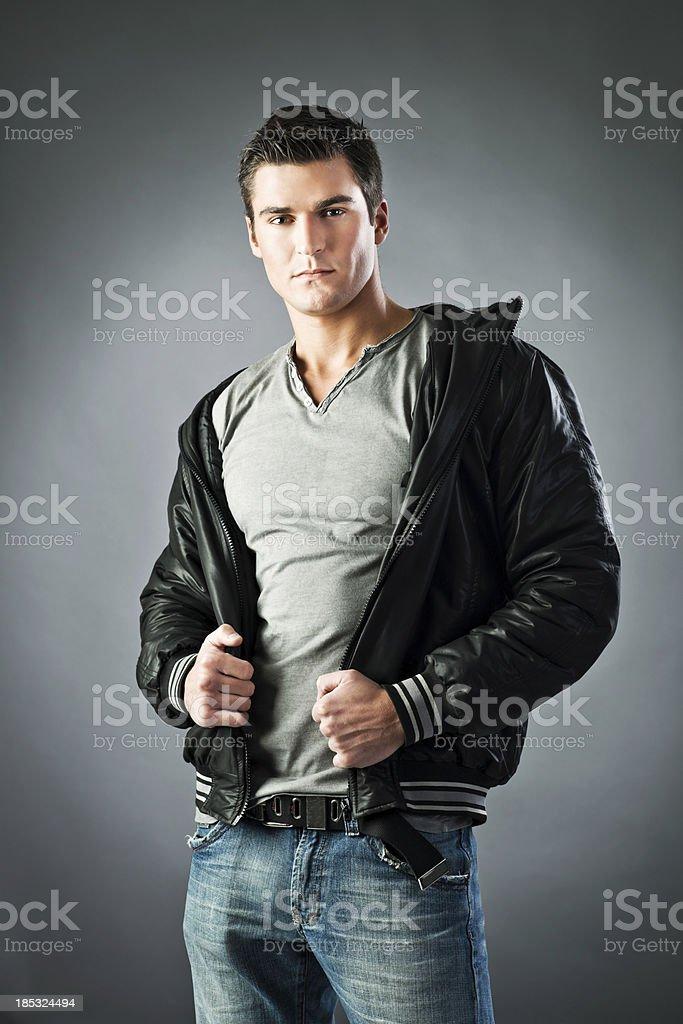 Мужчина позирует перед камерой фото 428-509