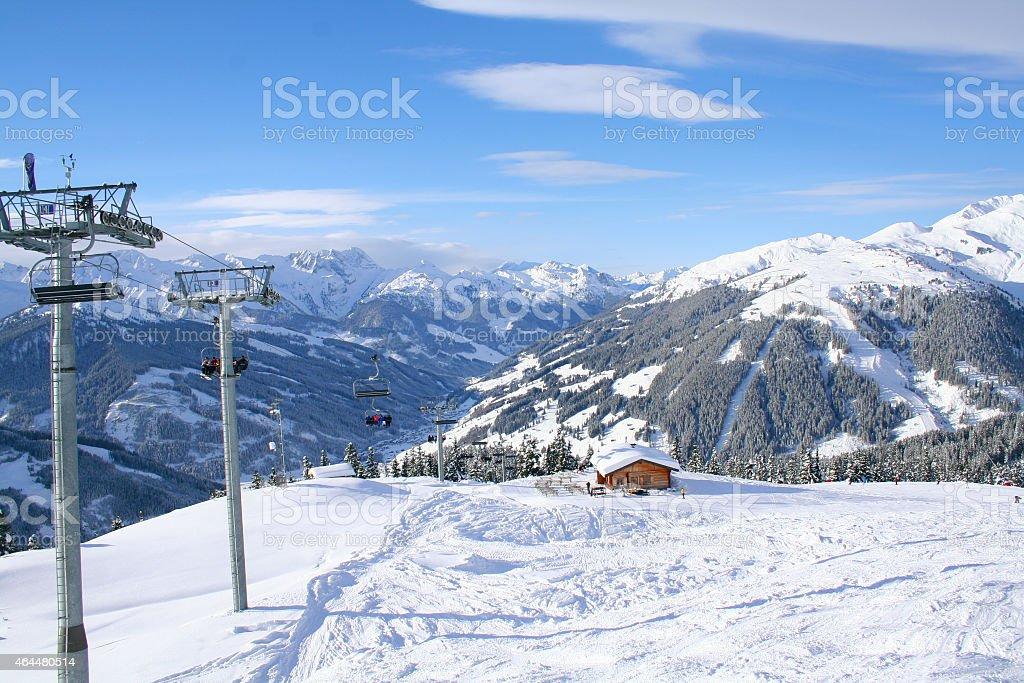 Sessellift und Berge mit Skih?tte stock photo