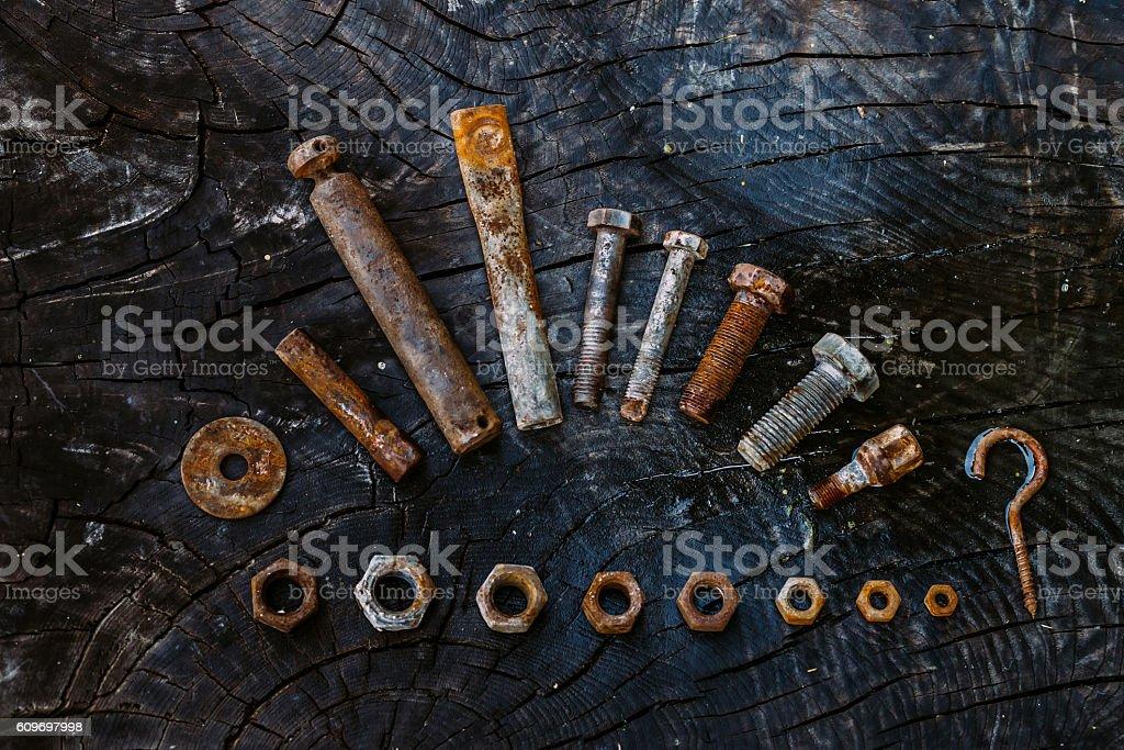 Set of rusty screwson on a dark wooden background. foto royalty-free