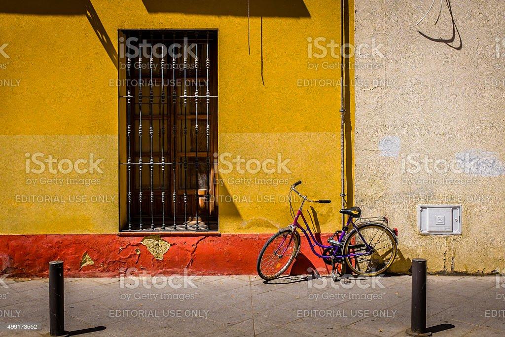 Siviglia Street porta e parcheggiate in bicicletta foto stock royalty-free