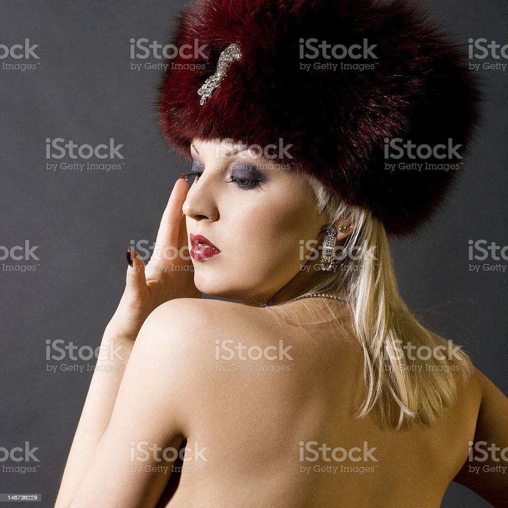 sexual Menina em um boné vermelho de Pele foto de stock royalty-free