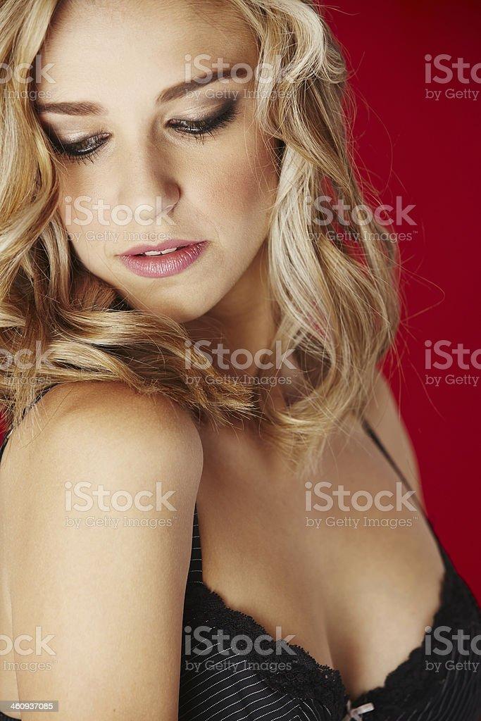 блондинка в кружеве раздевается